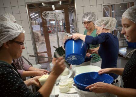 Tijdens de kaasworkshop leer je zelf kaas maken
